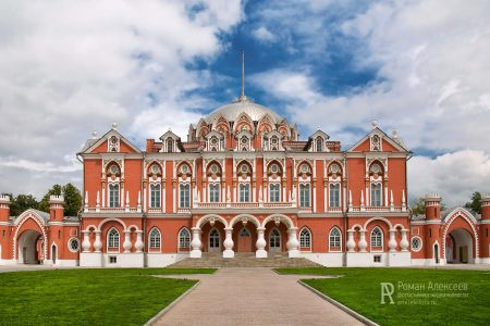 Фасад Петровского путевого дворца
