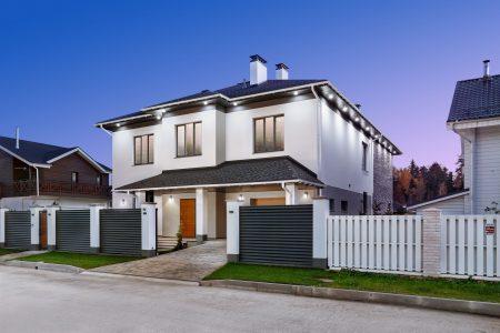 Фото дома с подсветкой