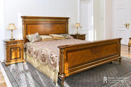 Кровать в номере отеля фото